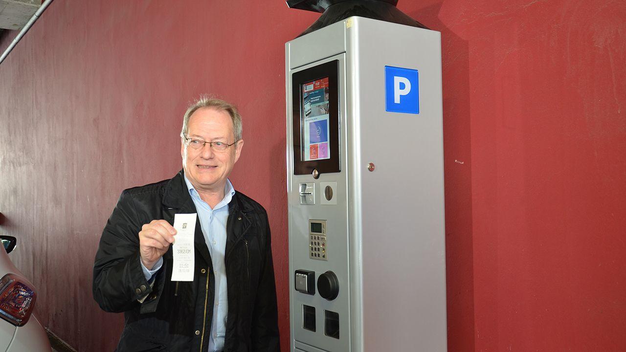 El concejal de Medio Ambiente y Movilidad, Aurelio Martín, junto a uno de los nuevos parquímetros de la ORA