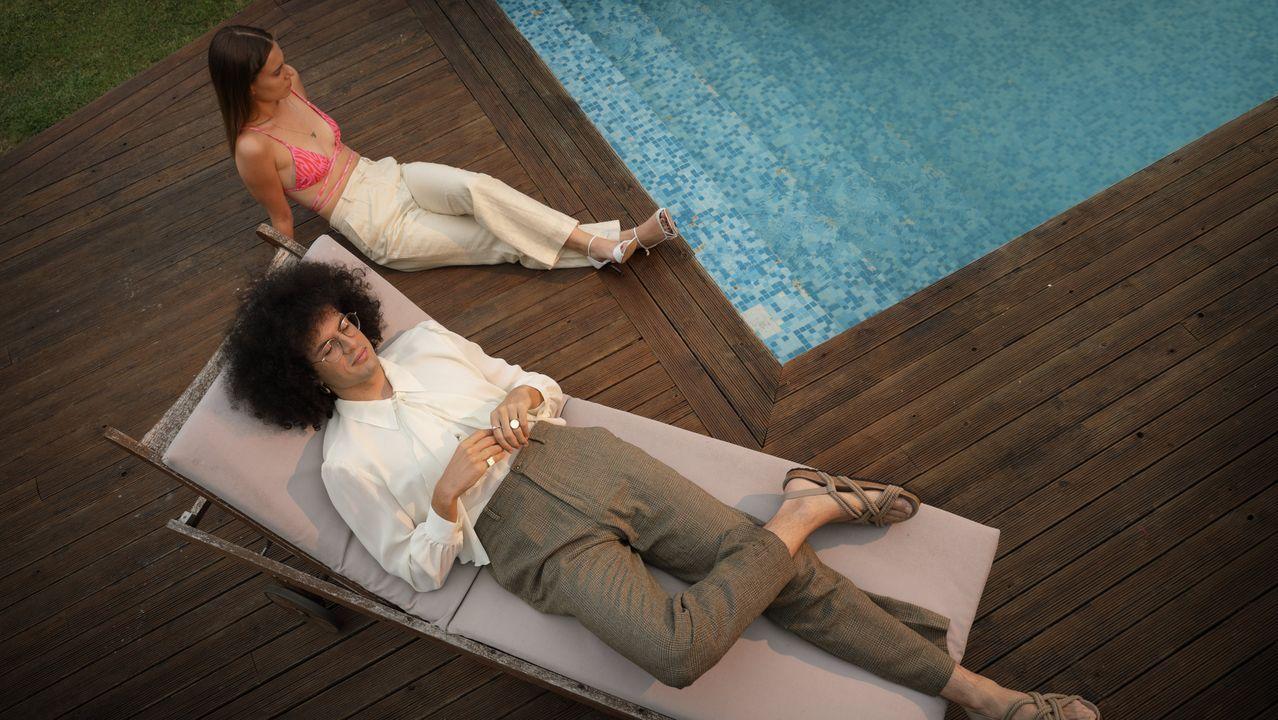 En la piscina, Carla lleva un bikini de tirante espagueti de la diseñadora ferrolana Isabel Works y Javi una blusa con lazada del armario de la madre de Carla