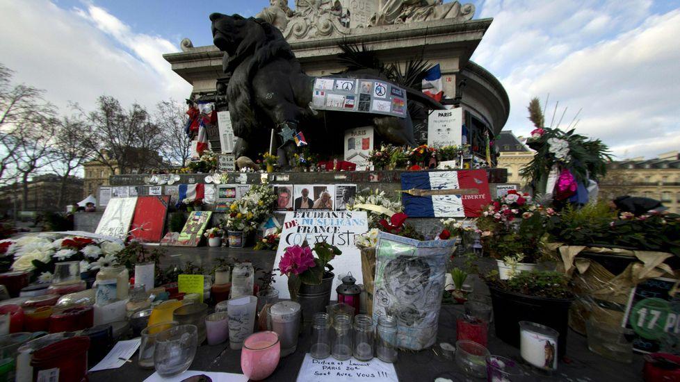 Velas y flores en la plaza de la República, en París.