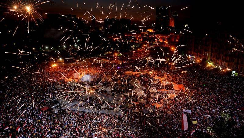 El pueblo celebra en las calles el ultimátum del Ejército