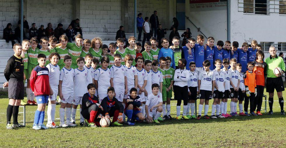 Alevines por una causa solidaria en el torneo del Ribadavia Atlético para Cáritas y Cruz Roja.