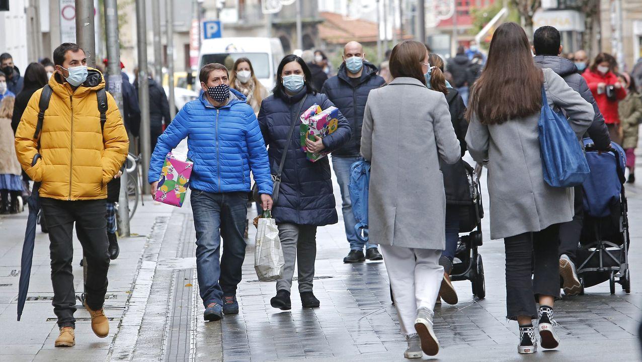 Compras navideñas en una calle comercial de Pontevedra