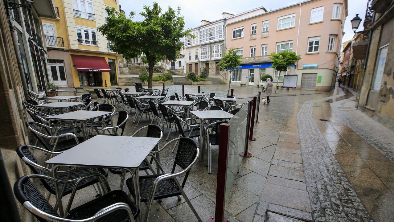 Una terraza de una cafetería cerrada en el centro de Monforte durante el confinamiento por el coronavirus