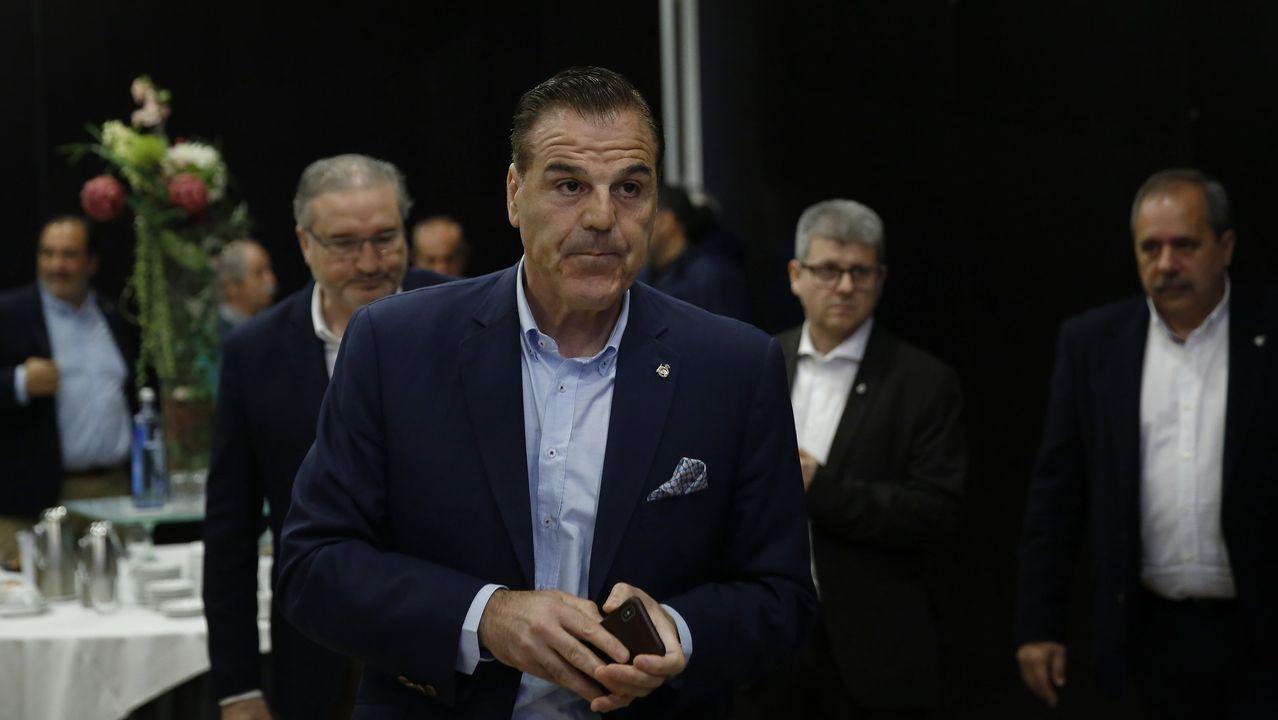 Fernando Vázquez: «Si haces una cagada así, la gente no confía en ti».Mossa lucha por un esférico con Pombo