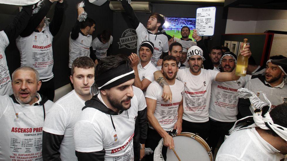 Los jugadores, de fiesta en una cafetería del paseo de la Compañía después de llegar a Monforte