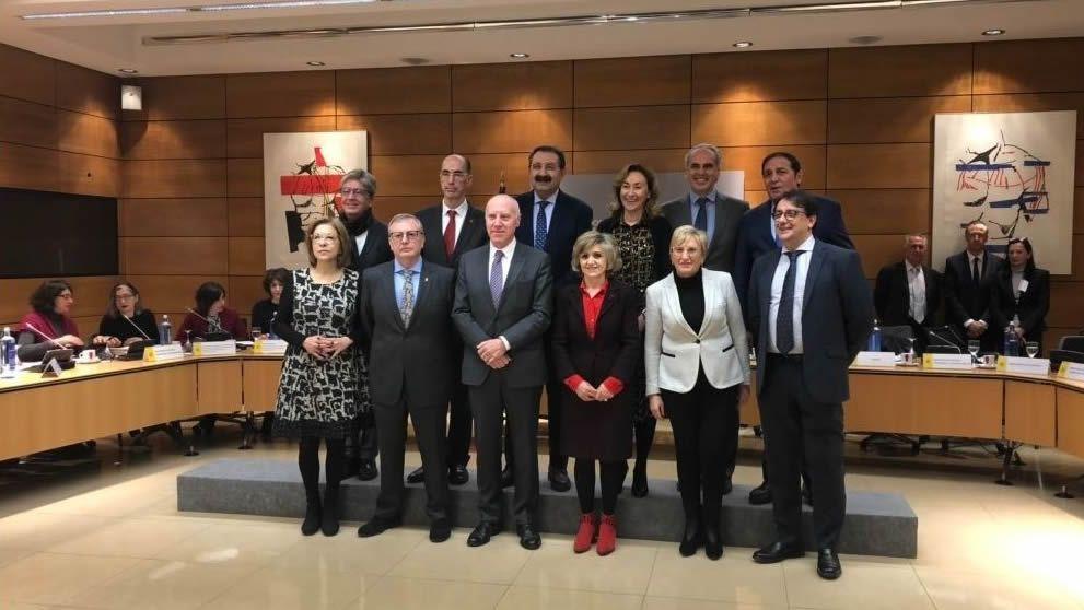 ¿Usted arreglaría un móvil con reiki?.Almuíña -atrás, segundo por la izquierda, este miércoles en Madrid, en una reunión que presidió la ministra de Sanidad