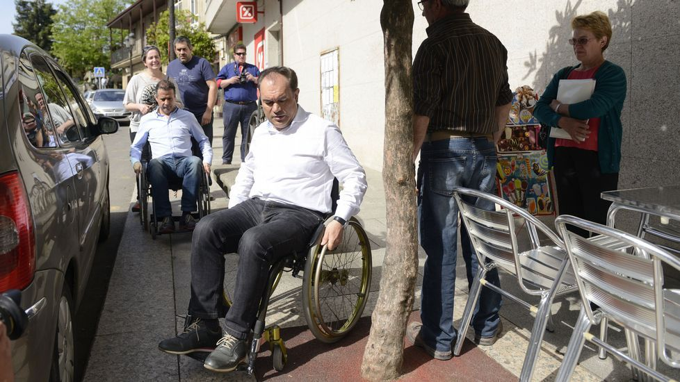 En silla de ruedas por Lalín. El candidato del PP de Lalín, José Crespo y su fichaje estrella, Salvador González, salieron en silla de ruedas «para vivir en propia carne o que vive un discapacitado».