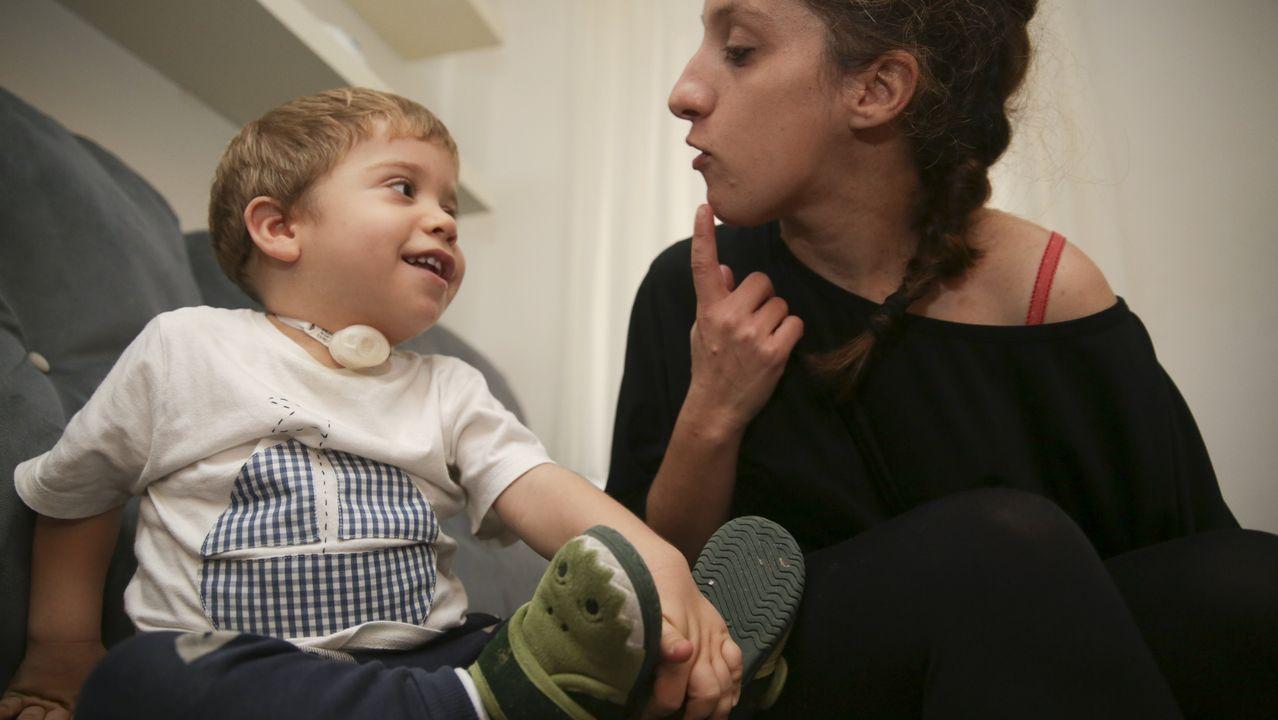 Alexia mira a su hijo, Miguel, un año después del dramático episodio en el sofá en el que ocurrió todo