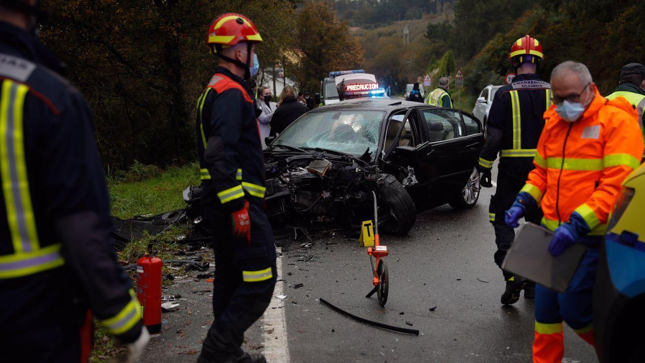 Así quedaron los turismos del accidente en A Chabasqueira.Caja con test para diagnosticar el covid-19