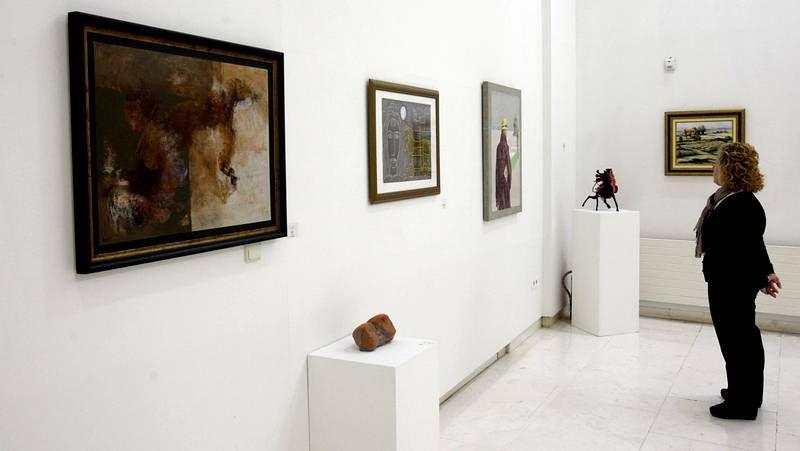 Exposición Tareixa.<span lang= es-es >En familia</span>. La artista Isabell Seidel, su hijo Nicolás y la familia Carvajal, que la arropó en la presentación junto a otros amigos.