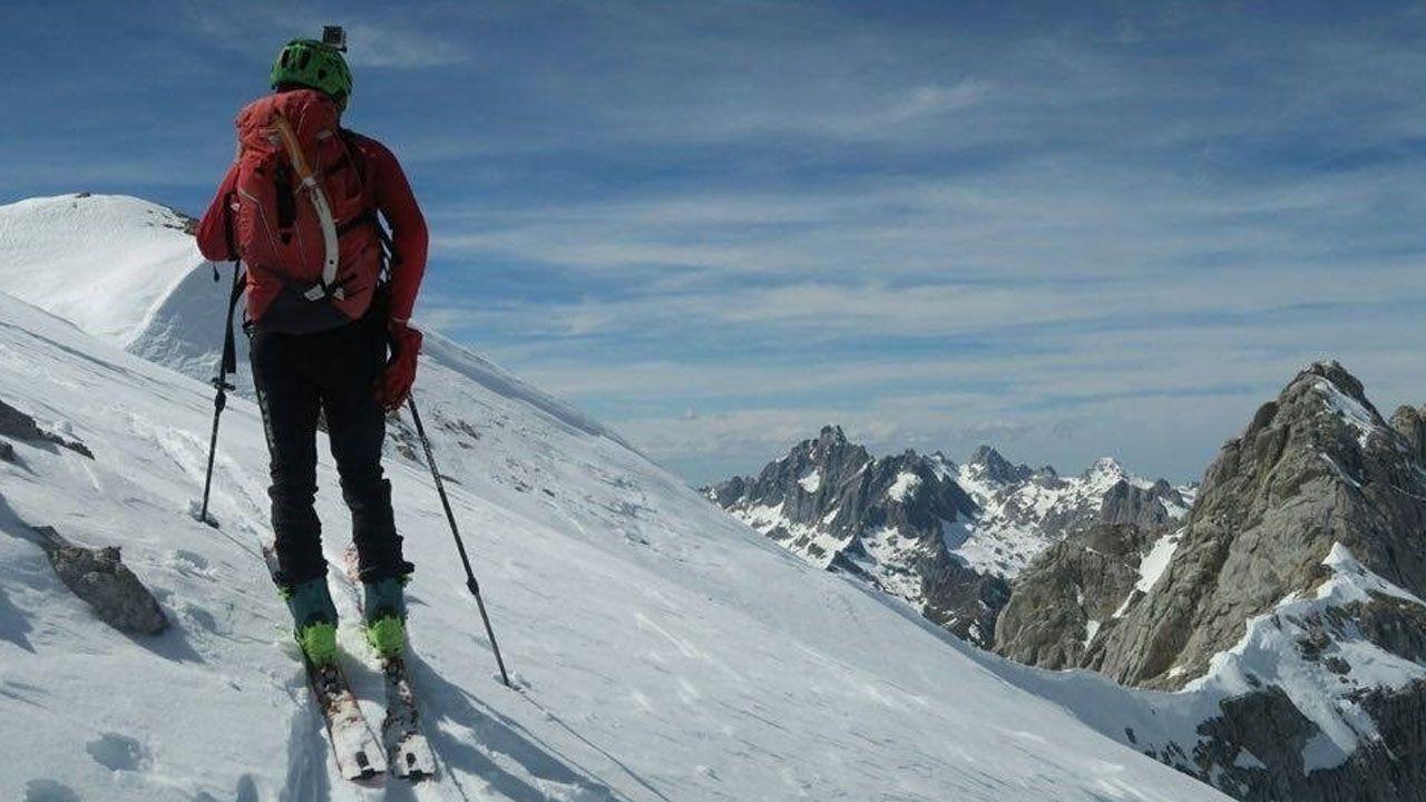 Los esquiadores disfrutan de la nieve con la estación de esquí de Valgrande-Pajares al fondo.Esquí de travesía. /MARCO RODRÍGUEZ