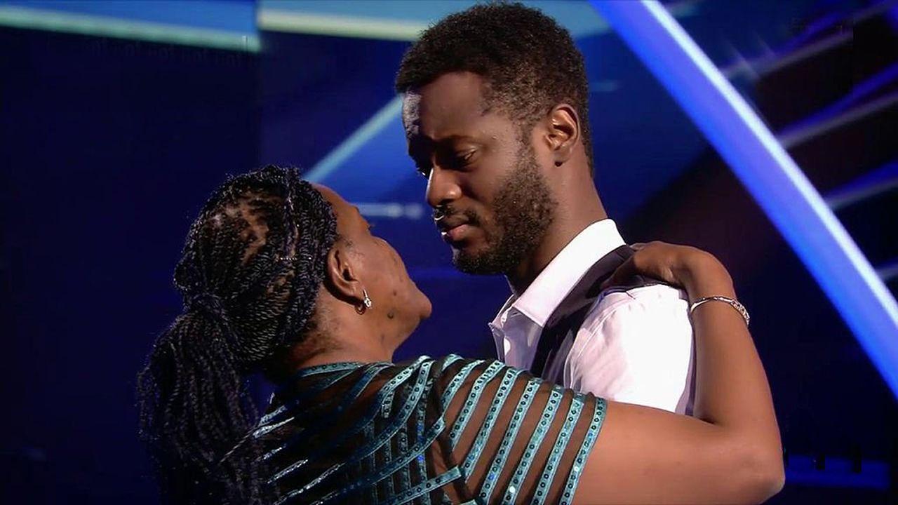 El tierno abrazo en el que se fundieron César Brandon y su madre a finalizar su actuación