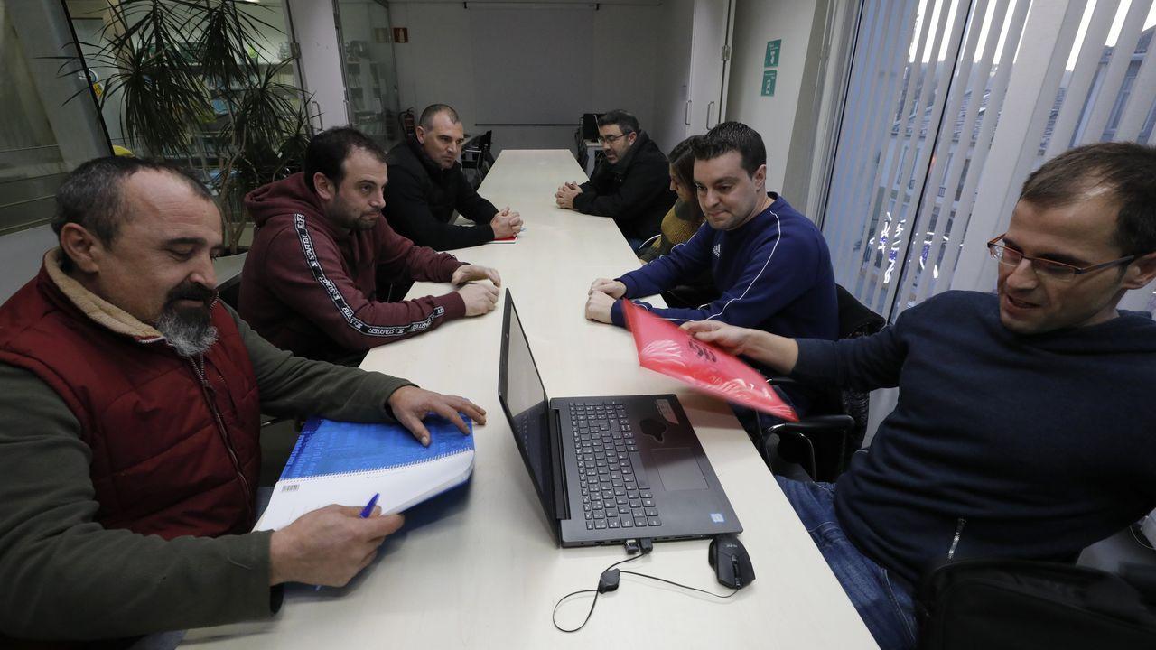 Manifestación en Madrid.Zan, a la derecha, en el centro, presidente del comité de Alcoa San Cibrao, en una reunión con sindicalistas de auxiliares de la multinacional