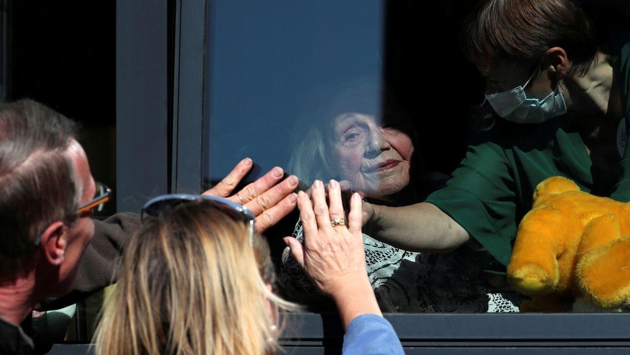 Martha Licoppe, de 92 años, mira a sus hijos Chantal y Christian, mientras está sentada en su habitación en una residencia  belga