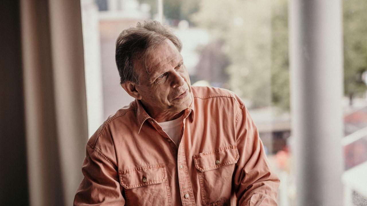 libros.Singer, Donovan en la serie «V», mantiene una intensa actividad como actor teatral