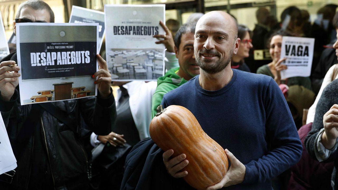 Un sindicalista entrega una calabaza en la universidad en señal de suspendo durante la huelga