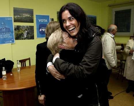 Una simpatizante abraza a Paula Prado durante un acto del PP ayer en Ribeira.
