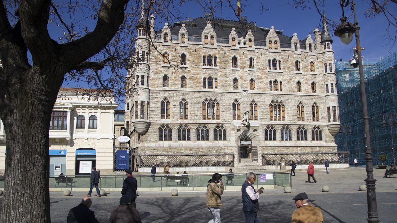 leon.La Casa Botines, de Antoni Gaudí, es uno de los iconos de León. Situada en la plaza del Ayuntamiento, a su lado está el Palacio de los Guzmanes, la sede de la Diputación provincial