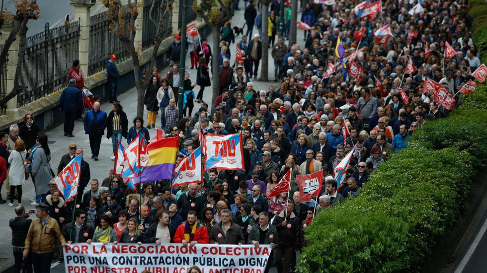 Marcha principal de este Primero de Mayo. Los sindicatos UGT y CC. OO. recorrieron juntos las calles de A Coruña