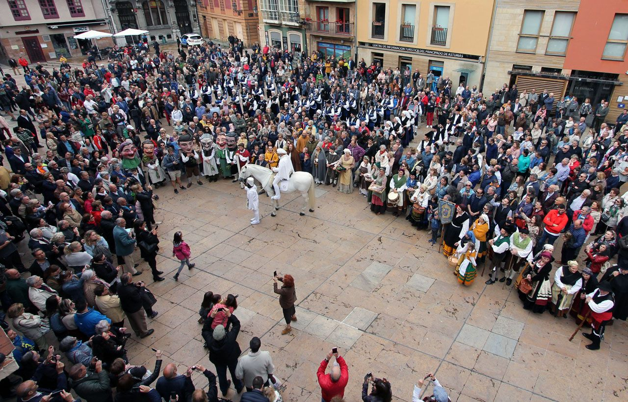 El heraldo de La Balesquida rodeado de ovetenses en la plaza del Ayuntamiento