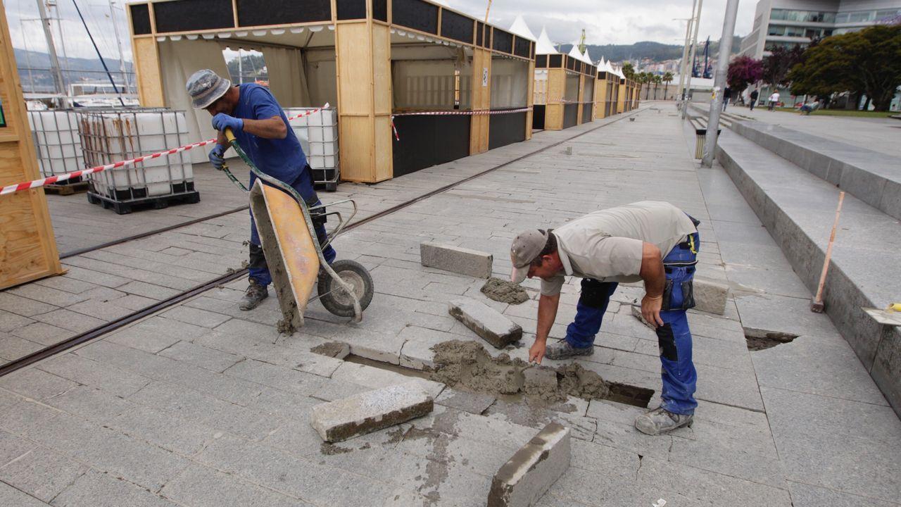 Vulcano presenta el ERE para sus trabajadores.El paseo donde se celebrará la esta edición de O Marisquiño junto al muelle, todavía en obras, donde tuvo lugar el accidente