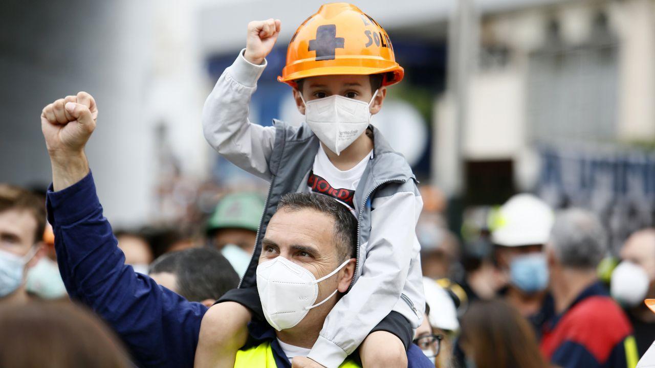 Imagen tomada durante la manifestación celebrada en Burela para rechazar los 534 despidos anunciados por Alcoa para la fábrica de San Cibrao