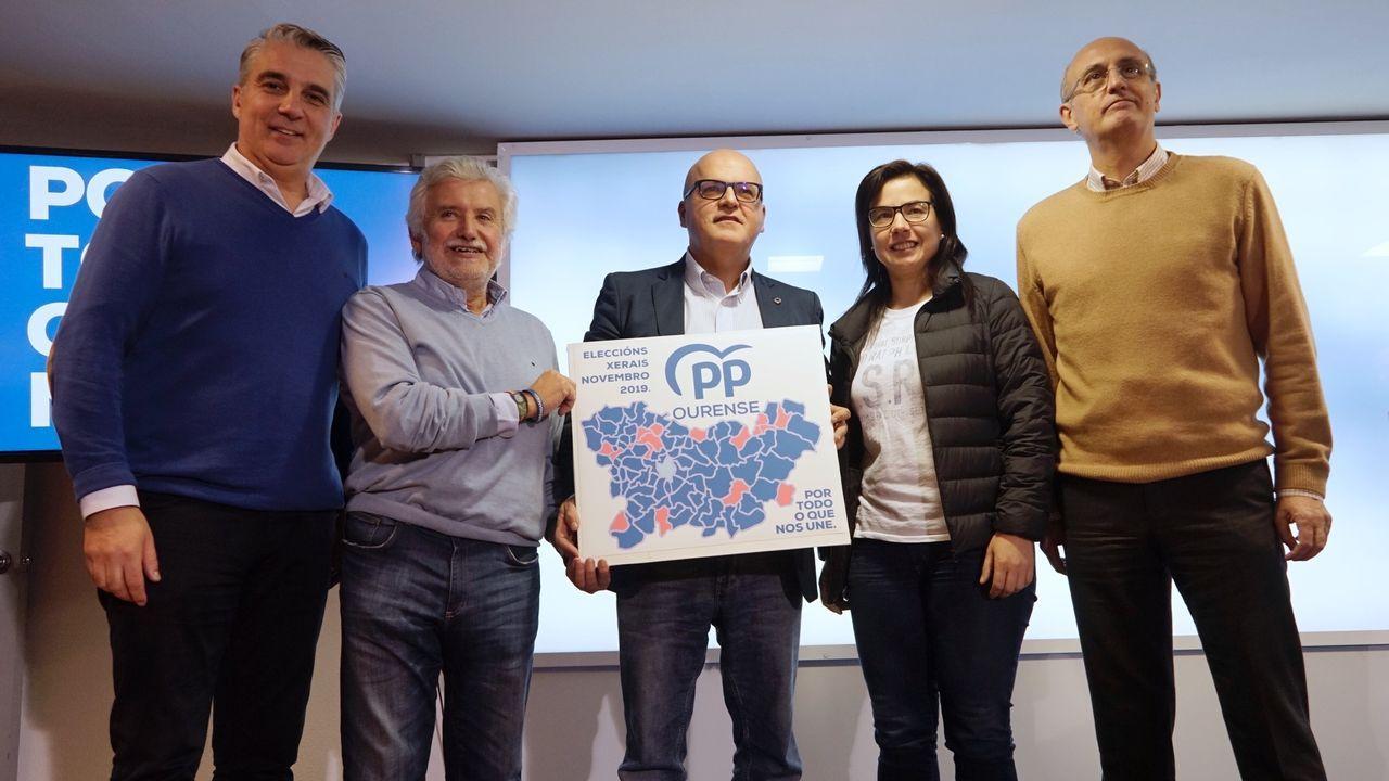 El 10N pasado por agua en A Mariña.Diferentes opciones políticas en un colegio electoral de Oviedo para las elecciones generales