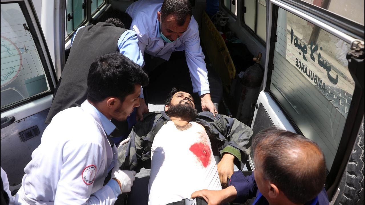 Una de las víctimas de la explosión registrada en Kabul  (Afganistán), este lunes