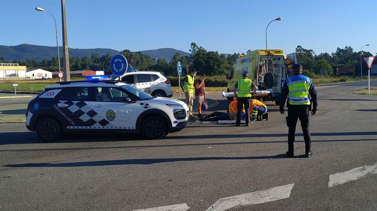 Así es la trampa para ciclistas instalada en el monte de A Cidade en Ribeira.Una ambulancia del 061 trasladó al accidentado a un centro médico