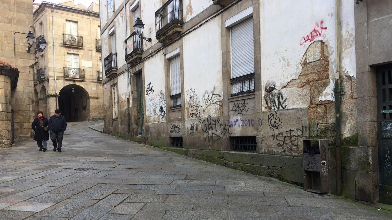 Las pintadas cubren algunas fachadas del casco viejo de Ourense