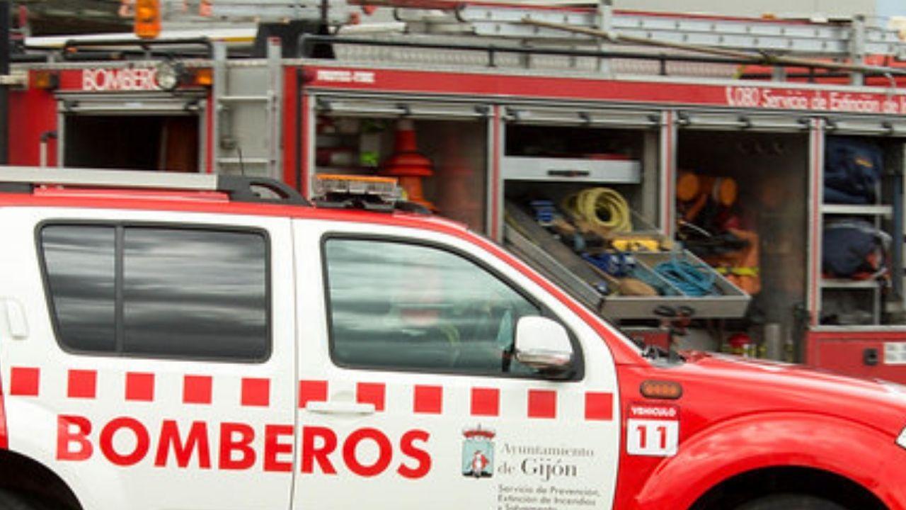Incendio en Tapia.Los bomberos, anoche, en el puerto de Tapia, durante las labores de extinción del incendio