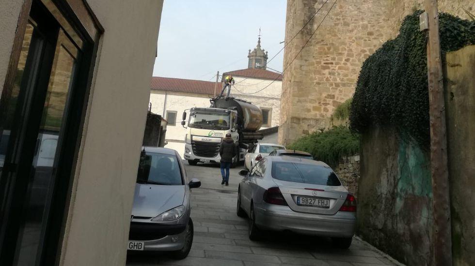 Fotografía en la que se ve al camionerso subido en la cisterna para tratar de desenredar los cables