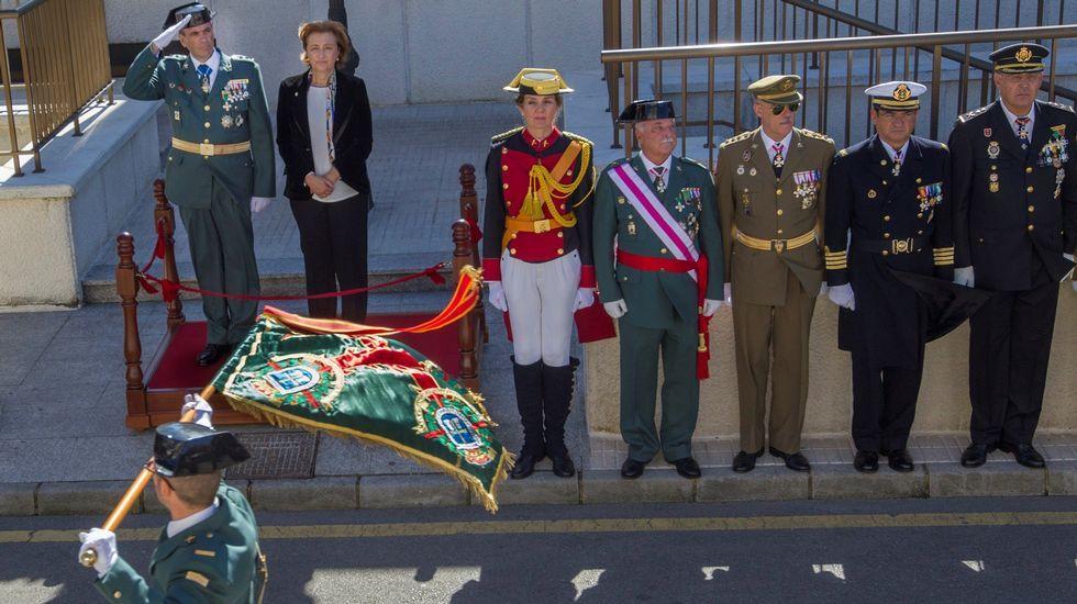 El coronel jefe Francisco Javier Almiñana (i) y la delegada del Gobierno, Delia Losa (2i) durante el desfile de la Unidad de Honores con el que se ha cerrado el acto institucional de la festividad de la Virgen del Pilar, patrona del Instituto Armado, que se ha celebrado hoy en el cuartel del Rubin de Oviedo