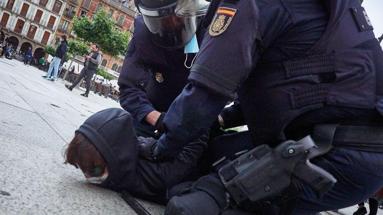 El general Laurentino Ceña observa a Marlaska en la toma de posesión de María Gámez como directora de la Guardia Civil.Una manifestacion ilegal de protesta y apoyo al terrorista de ETA Patxi Ruiz terminó en enfrentamientos con la policia en Pamplona