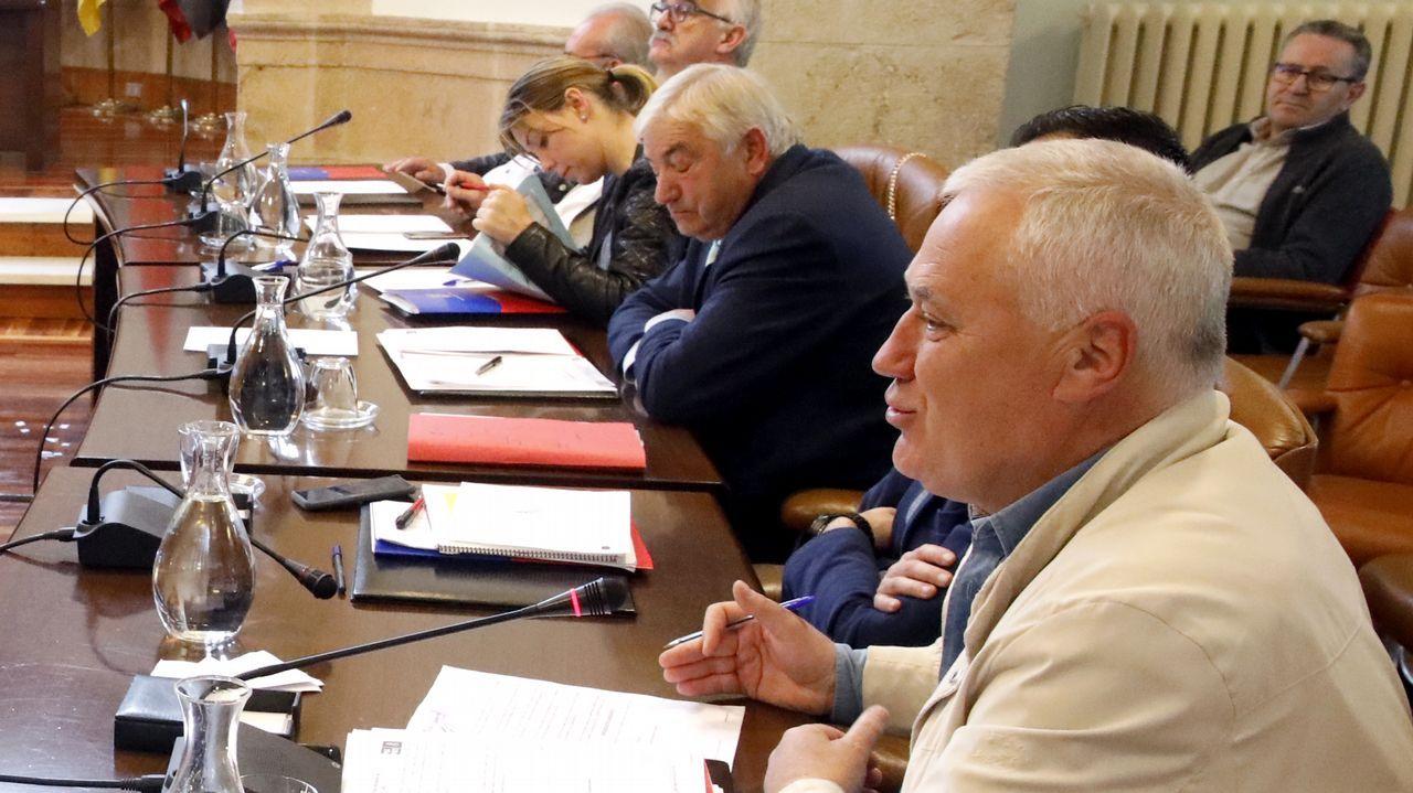 Martínez, en primer término y, al fondo, con los ojos cerrados, Lino Rodríguez