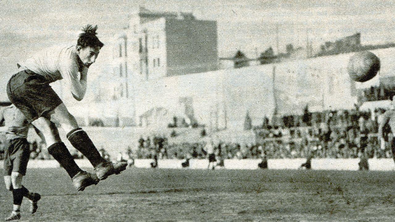 Un remate de cabeza de Isidro Lángara en el partido entre España y Castilla el 28 de febrero de 1934