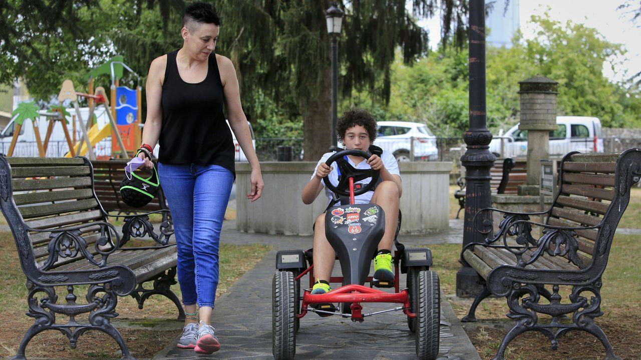 Ana López y su hijo Rodrigo, de 15 años, que usa un coche de cuatro ruedas para protegerse de sus caídas