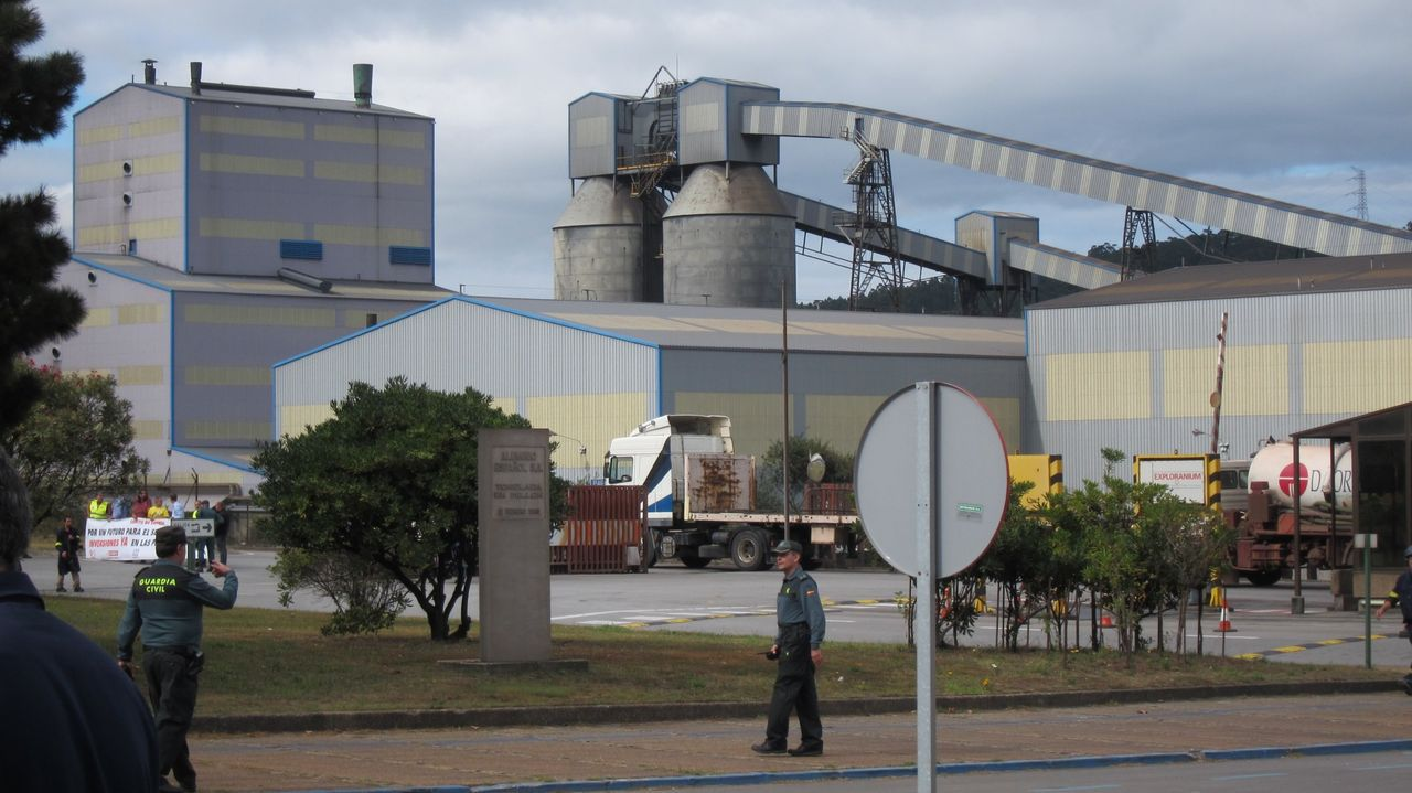 Más de 5.000 personas claman en la calle por el futuro del empleo de As Pontes y la comarca.Alcoa, en la foto su fábrica de aluminio primario de San Cibrao, es una de las grandes prestatarias del servicio de interrumpibilidad