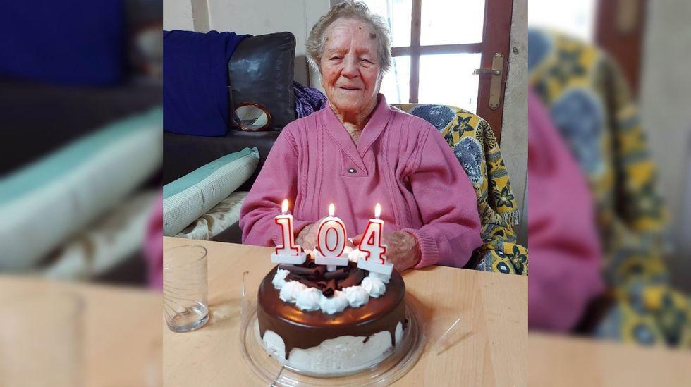 Pura Díaz Páramo celebró su 104 cumpleaños en su casa de Santiorxo