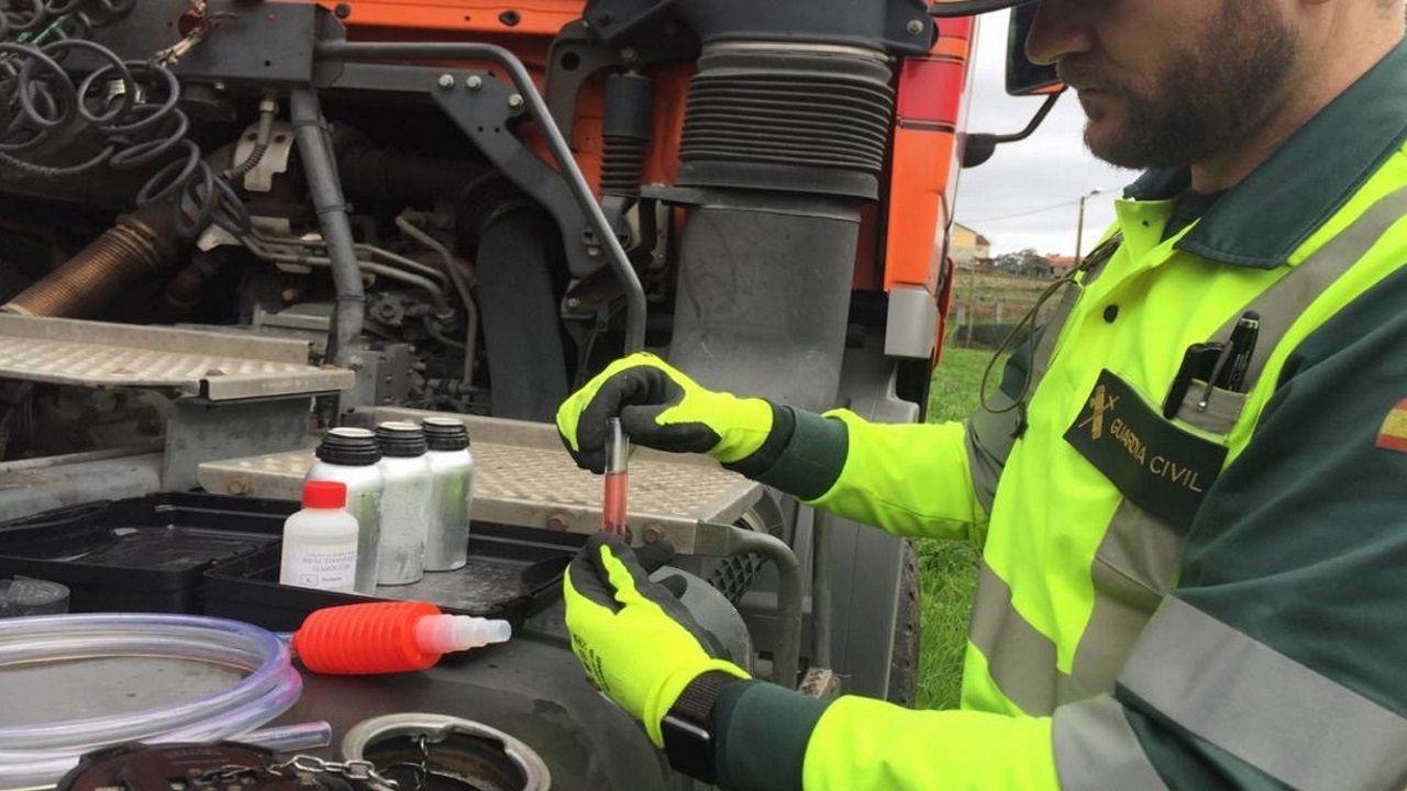 INSPECCIÓN EN CARRETERA La Guardia Civil destapó los últimos casos de fraude con el gasoil B detectados en Galicia. En la foto, un agente inspecciona el depósito de combustible de un camión