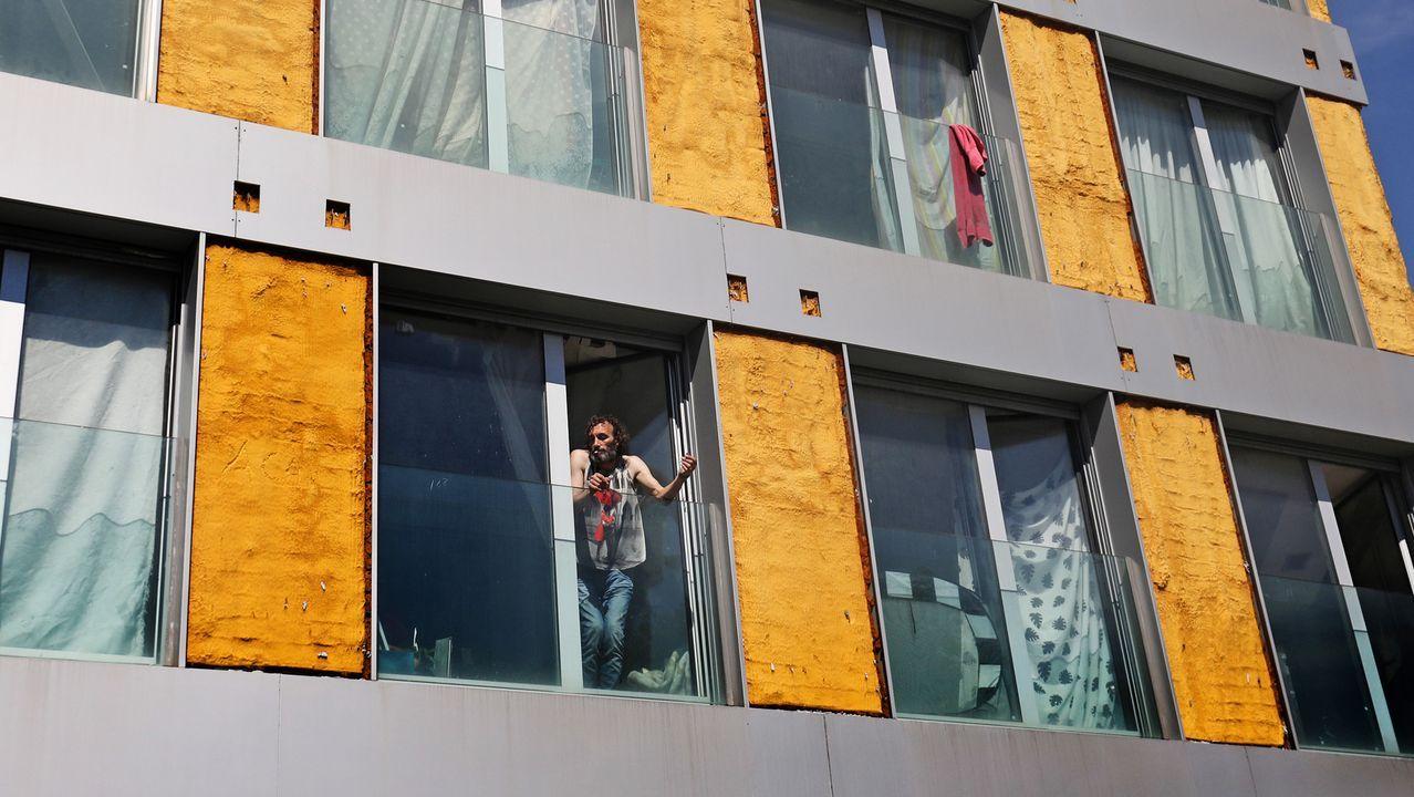 Una empresa especializada en desalojos logra que unos okupas abandonen un piso en Santiago.Edificio ocupado en el centro de Vigo