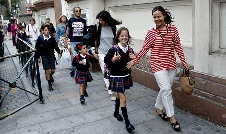 Mirada infantil de la catástrofe.La mayoría de los escolares acudieron en su primer día de colegio en educación infantil y primaria acompañados por sus padres.