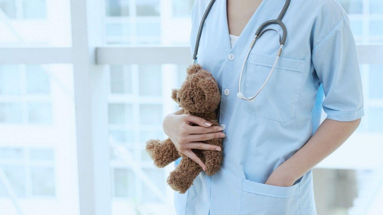 Recogida de muestras de pruebas PCR en el exterior del hospital comarcal