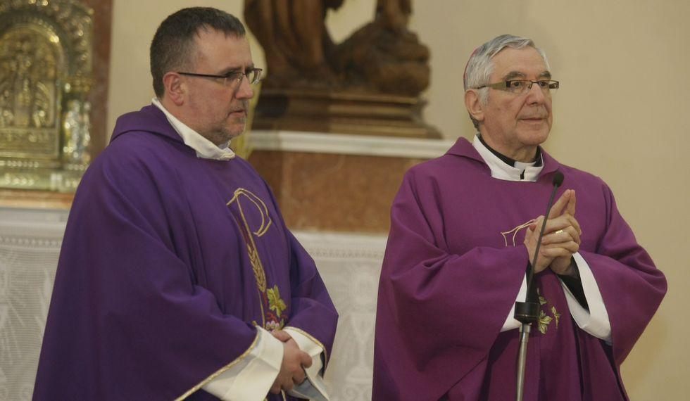 El párroco de Burela y el obispo, ayer en la iglesia burelense.