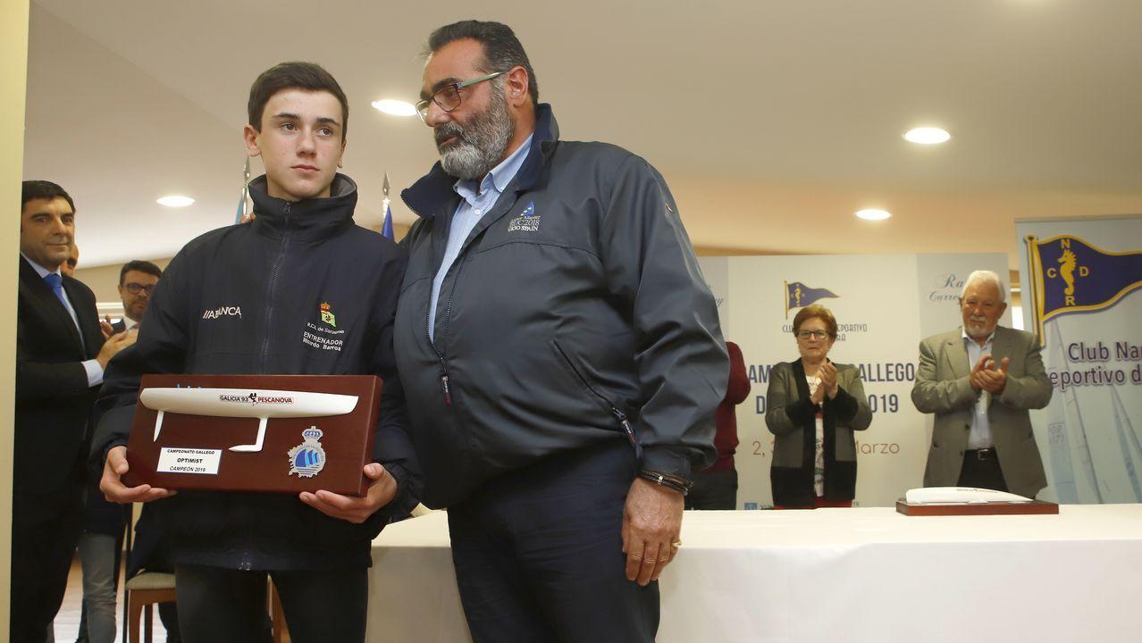 Entrega del premios del Campeonato Gallego de Optimist.Un helicóptero trata de sofocar un incendio en las proximidades de Naves (Llanes)