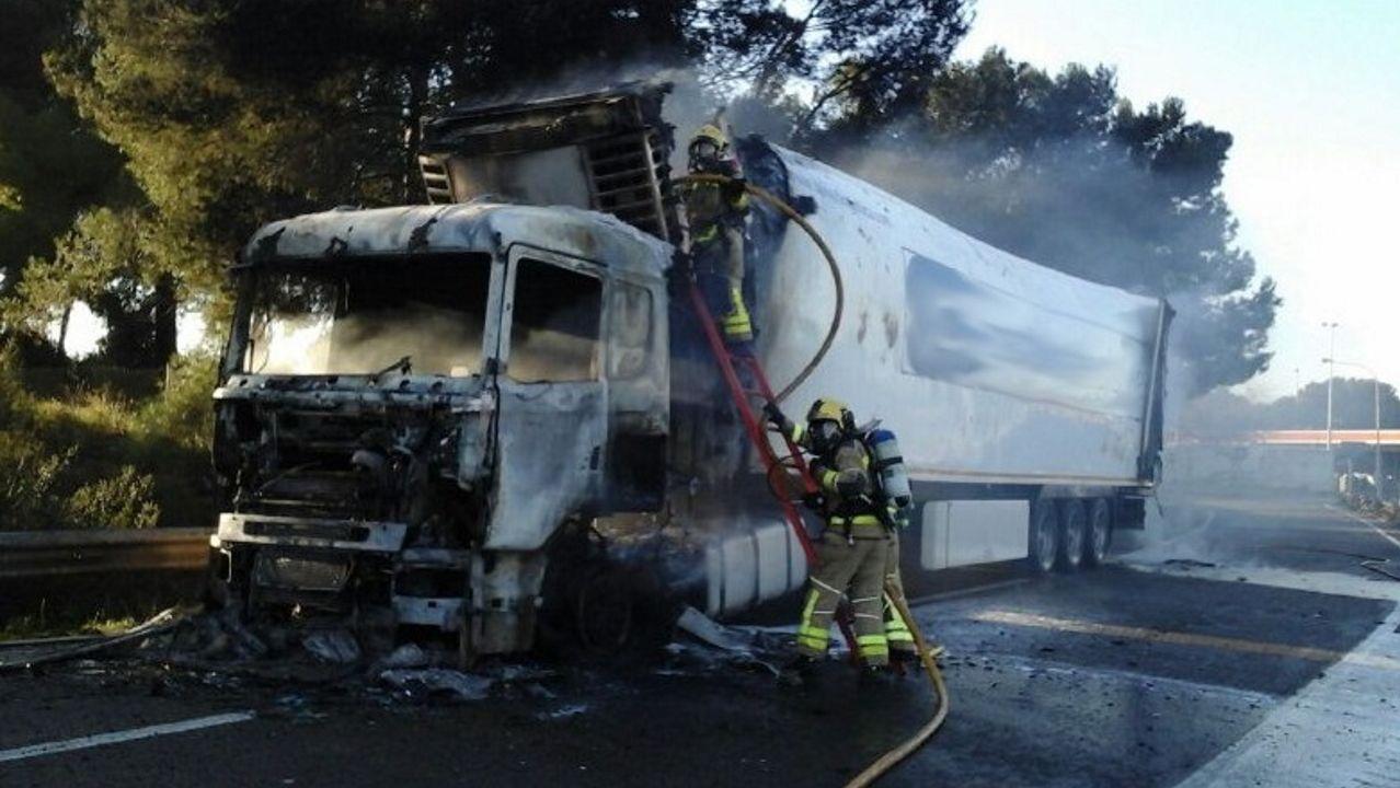 Incendio de un camión con metano en Tarragona. Con la catástrofe de la fábrica química aún presente, un camión que transportaba depósitos de formaldehid, una mercancía considerada peligrosa, se incendió en la AP-7 en Tarragona. El suceso se resolvió sin incidentes, pero obligó a activar un plan de emergencia