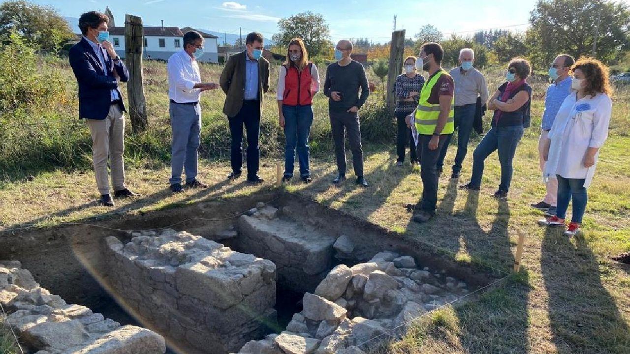 El conselleiro de Cultura —tercero por la izquierda— observa los restos de lo que parece haber un almacén de granos durante la visita que realizó al yacimiento arqueológico de Proendos