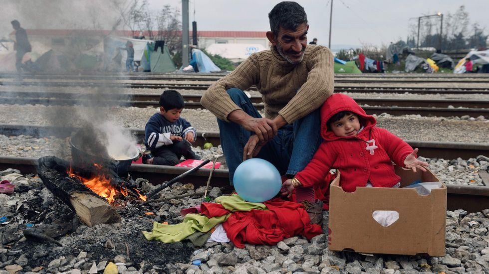 Miles de refugiados, en la cuerda floja tras el acuerdo de la UE y Turquía.Un niño sirio muestra su pesar por los atentados