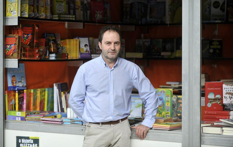 Antonio Martínez Pico, ayer en uno de los puestos de la feria que abre hoy al público.