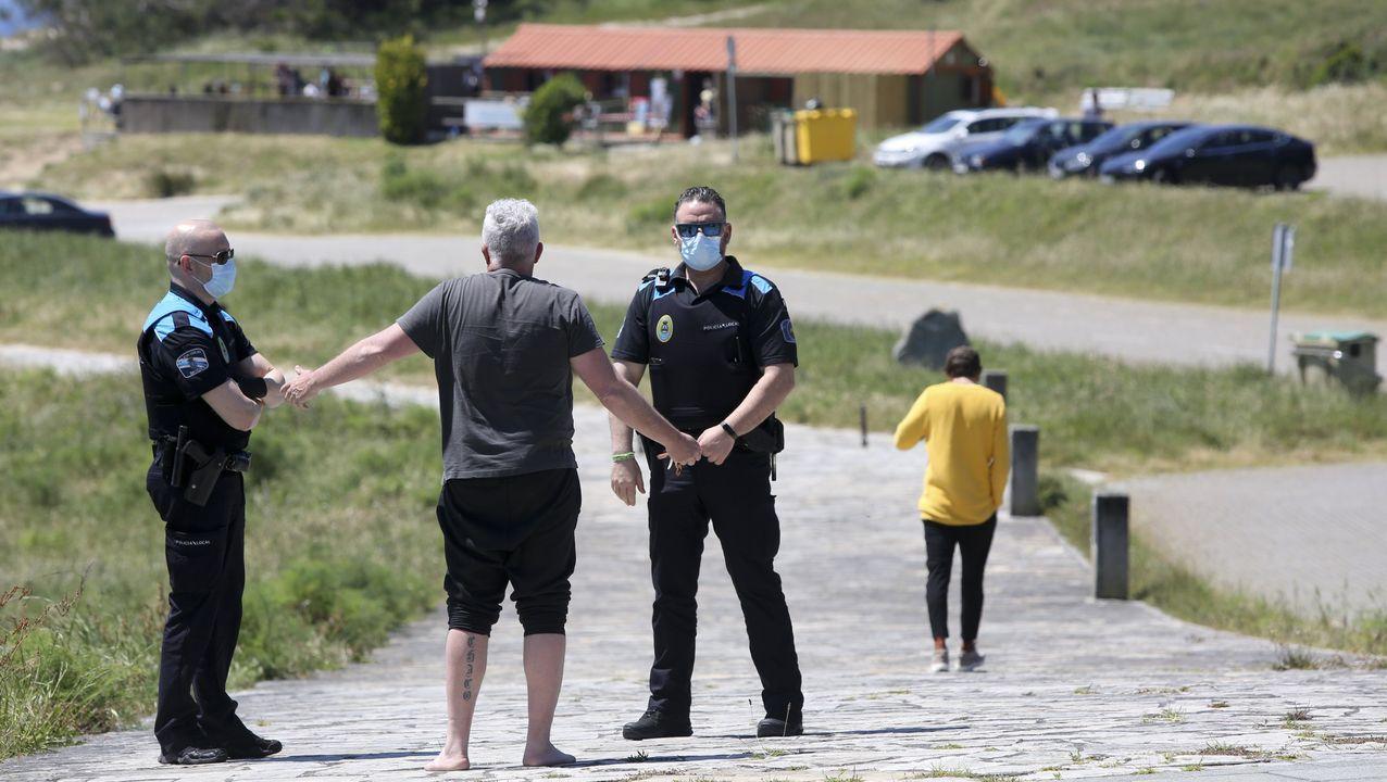 Policía local controlando el acceso a la playa de Doniños